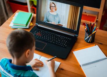 Szerdán újraindul az online oktatás